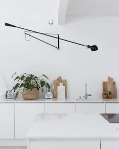 Kitchen | Mikä onkaan yksi tämän hetken kuumimmista sisustustrendeistä? #newblogpost #mustaovi #flos265 #