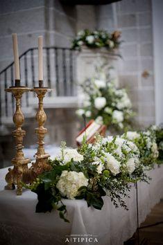 Elegante decoración floral del altar de la Iglesia · A-Tipica Wedding #flores…                                                                                                                                                                                 Más