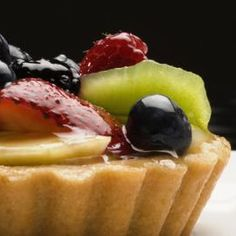 Arranging fresh, ripe fruit and berries on top of a sponge cake or tart makes one of the easiest and most elegant summertime desserts. The tarts or sponge shells are usually. Tart Recipes, Fruit Recipes, Sweet Recipes, Dessert Recipes, Chef Recipes, Dessert Ideas, Recipies, Types Of Desserts, Just Desserts