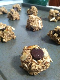 "HEALTHY ""cookie"" - 46 Calories. All you need is bananas, quick oats, a sprinkle of cinnamon, and your favorite toppings! (dark choc chips and sliced almonds pictured here)"