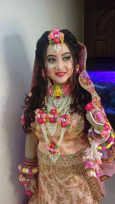 Indian Bridal Outfits, Bridal Dresses, Flower Jewellery For Mehndi, Flower Jewelry, Bridal Jewellery, Bridal Lehenga Collection, Indian Wedding Photography Poses, Bridal Makeup Looks, Bridal Photoshoot