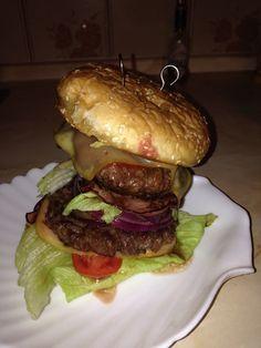 Peeters maxiburger (y) (beef, bacon, cheddar, tomatoes , lettuce, red onion) burger bun,  Tabasco, mayonnaise, ketchup, mustard