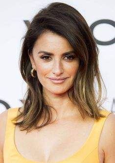 """Penelope Cruz at the premiere of her documentary """"Soy Uno Entre Cien Mil"""" in Madrid, Spain on September 2016 Penelope Cruz Makeup, Penelope Cruze, Medium Hair Styles, Short Hair Styles, Spanish Actress, Brunette Hair, Messy Hairstyles, Bridal Makeup, Hair Inspiration"""