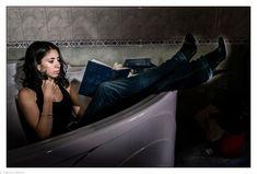 Jeune femme dans sa salle de bain, entrain de lire un livre. #photographie #femme