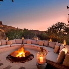 There is something wonderfully nostalgic about gathering around a fire in the open night air at sunset. We love the contemporary yet cozy desert-chic Tswalu Motse Lodge located in Tswalu Kalahari Reserve, South Africa. Outdoor Fire, Outdoor Living, Outdoor Decor, Bar En Palette, Luxury Homes Dream Houses, Fire Pit Designs, Backyard Patio Designs, Fire Pit Backyard, Foyers