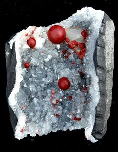 Fluorine Botroidale rouge dans Géode de Quartz de Mahodari Mine, Nasik, Maharashtra, Inde (collection privèe)
