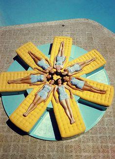 Sunbathing in Palm Springs, CA, 1956. Photographed by Loomis Dean Palm Springs Restaurants, Vintage Love, Vintage Pink, Vintage Photos, Vintage Swim, Retro Swim, Vintage Travel, Unique Vintage, Vintage Art
