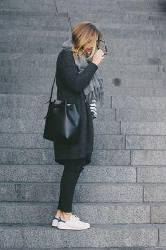Adidas Sneakers, Jeans schwarz, Mantel schwarz, Schal grau