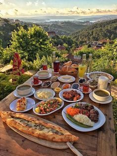 Scrumptious dining with a Turkish view - Turkish Recipes Easy Comida Picnic, Good Food, Yummy Food, Think Food, Aesthetic Food, Summer Aesthetic, Aesthetic Vintage, Travel Aesthetic, Beautiful Places