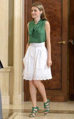 <p>Frisch und makellos aussehend posiert Letizia vor dem Zarzuela-Palast in einem geblümten, mit Gürtel getragenen Kleid von Zara und passenden Peeptoes. </p>