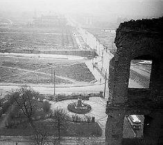 Вид на бывшую площадь Кайзера Вильгельма I, 1960-е годы. На постаменте памятника Отто фон Бисмарку уже установлен бюст Суворова, созданный скульптором Янисом Лукашевич в 1956 г. Лишь в 1984 году бюст будет перенесен на одноимённую улицу Калининграда.