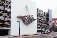"""Cradle, Instalação Artística on Behance Nas ruas de Santa Monica está presente esta grande instalação ''Cradle'', que é agregada por esferas de aço espelhadas construídas na estrutura de um enorme pêndulo de Newton. Por um lado a instalação assemelha-se a uma cama de rede mas por outro também se sugere a forma do aparelho reprodutivo femenino. Palavras da equipa que realizou o trabalho: """" the team goes on to state that """"Cradle is as much a sculpture as it is an approach to making…"""