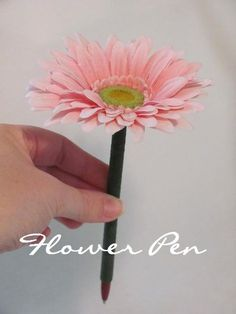 I think these sweet little flower pens are so cute! Plus, they are super easy! You will need: * Green Floral Tape * Pen (one that th. Simple Flowers, Diy Flowers, Mothers Day Crafts, Crafts For Kids, Easy Crafts, Mother's Day Projects, House Projects, Flower Pens, Grandmother Gifts
