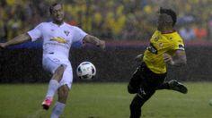 El uruguayo Brahian Alemán (i), de Liga de Quito, pelea por el balón con su compatriota Jonatan Álvez (d), de Barcelona. Jorge Guzmán
