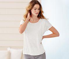 Leinenshirt für 17,95€ - Dieses Rundhals-Shirt aus weich fließendem, reinem Leinen trägt sich angenehm auf der Haut und hat eine figurschmeichelnde Silhouette.