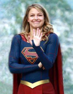 Melissa Benoist on set of Supergirl Melissa Supergirl, Supergirl Comic, Supergirl And Flash, Supergirl 2015, Melissa Benoist, Batman Begins, Kara Danvers Supergirl, Cw Series, Dc Super Hero Girls