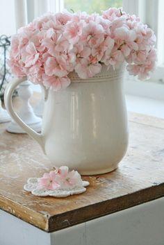Las flores son básicas en el Shabby-Chic. Colócalas en un recipiente de peltre o cerámica para darle un toque femenino y dulce