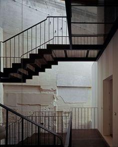 Die Nutzung von Steckmetall für die Gestaltung des Treppenhauses im Industrial Design.