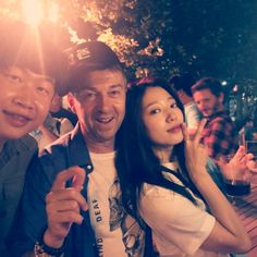 Filming has wrapped for the overseas shoot in Spain for the fantasy romance K-drama Memories of Alhambra, with both leads Hyun Bin and Park Shin Hye pictured with the cast and crew celebrating at a drama wrap party. Park Shin Hye, Jay Park, Fantasy Romance, Hyun Bin, Park Chanyeol, Korean Actresses, Prince William, How To Relieve Stress, Kdrama