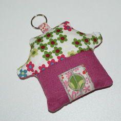 Porte-clé pagode en tissu lin framboise et coton bio motifs fleurs pop multicolores