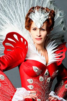 Julia Roberts as Snow White's Evil Queen – First Look! Check out this first look at Julia Roberts as The Evil Queen in Tarsem Singh's upcoming Snow White film! Crazy Costumes, Theatre Costumes, Movie Costumes, Amazing Costumes, Period Costumes, Julia Roberts, Lily Collins, Snow White Movie, Snow White Photos