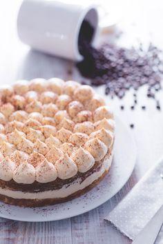 Strati di crema al #mascarpone, soffici dischi di savoiardi e un intenso aroma al #caffè... la #torta #tiramisù è il dolce perfetto per compleanni e occasioni speciali! (tiramisù #cake ) #Giallozafferano #recipe #ricetta #birthdaycake #birthday #compleanno