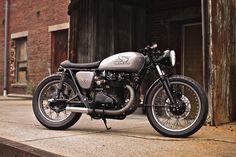 """Comprada por 400$ sin funcionar, con 1500 millas en el cuentakilómetros, esta pequeña belleza es una Honda CB450 Cafe Racer llamada """"Lucky 13"""" (la idea encaja cuando ves lo que era antes de que Joe…"""