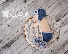 Aviator Baby Hut - Abdeckung Set wird aus Baby Acrylgarn in navy blau / grau Farbe gemacht für Ihr süßes Baby Jungen. Adorable häkeln Windel Abdeck...