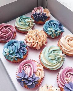 New Cupcakes Frosting Colors Buttercream Recipe 41 Ideas Frost Cupcakes, Cupcakes Flores, Floral Cupcakes, Buttercream Cupcakes, Rosette Cupcakes, Purple Cupcakes, Buttercream Recipe, Cupcakes Design, Cake Designs