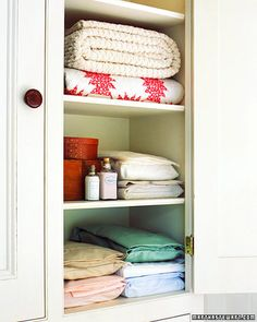 Tidy up a Linen Closet. I don't know why, but I love a linen closet that is organized and attractive. Here are some hints on how to do it. Linen Closet Organization, Organization Ideas, Organization Station, Household Organization, Bathroom Organization, Martha Stewart Home, Casa Clean, Shabby, Bed Linen Design