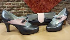 Conjunto de zapatos y bolso, están hechos en plata vieja y rosa palo