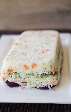 La ensalada de arroz frío es una manera muy rica de reutilizar las sobras de arroz, perfecta para llevar a asados. Puedes variar las verduras a gusto.