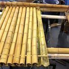 Building with bamboo brings a lot of advantages in the house built with it. It is strong and resistant material, quality nature's gift that keeps the construction safe. The bamboo Bamboo Roof, Bamboo Art, Bamboo House, Bamboo Crafts, Bamboo Garden, Bamboo Fence, Bamboo Building, Natural Building, Roofing Materials