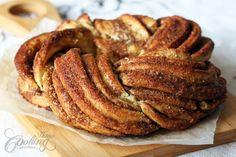 """Você pode transformar sua receita de pão nessa rosca tipo """"cinnamon""""  Imagens daqui .  O recheio é feito com manteiga,açúcar e canela.     ..."""