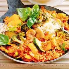 Bulgur-Gemüse-Pfanne mit Parmesan This dish proves that vegetarian does not have to taste boring. On the contrary: Crunchy-colored vegetables mixed with bulgur is a Mediterranean … Casserole Recipes, Soup Recipes, Vegetarian Recipes, Healthy Recipes, Parmesan Recipes, Vegetable Recipes, Parmesan Soup, Couscous Quinoa, Clean Eating Soup