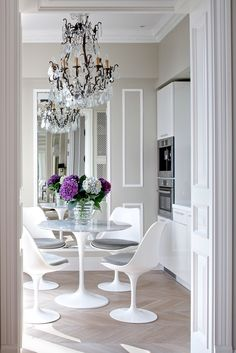 These gorgeous tulip chairs and marble table are the perfect pair. The contemporary style of the beautiful chairs and table are giving us major dining room inspiration. Dining Room Inspiration, Interior Inspiration, Dining Room Design, Kitchen Design, Saarinen Table, Eero Saarinen, Tulip Dining Table, Dining Chair, Tulip Chair
