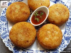 Prawn Potato Chops are fried potato dumplings which are stuffed with a prawn filling. Potato chops are made with chicken, prawns, minced meat, canned meat and even with vegetables. Goan Recipes, Indian Recipes, Yummy Recipes, Dinner Recipes, Potato Chop Recipe, Canned Meat, Prawn, Shrimp, Mince Meat