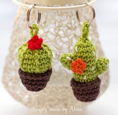 Free (Dutch) pattern The post Cactus Keychain. Free (Dutch) pattern appeared first on Crochet ideas. Cactus En Crochet, Crochet Cactus Free Pattern, Crochet Keychain Pattern, Crochet Motifs, Love Crochet, Crochet Flowers, Crochet Patterns, Crochet Ideas, Crochet Crafts