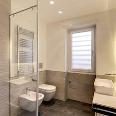 Camilluccia: bagno in stile di mob architects, Toilet, New Homes, Bathtub, Mirror, Interior Design, House, Furniture, Home Decor, Bathrooms