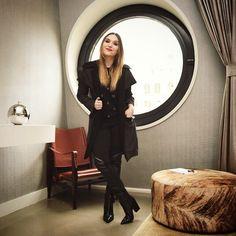 Tudo preto + boca vermelha!  Hoje usando casaco MOB, calça Regina Salomão e bota @arezzo. O batom é daquela linha Maestro do Giorgio Armani, comprei aqui e amei!! Já quero outras cores kkk!