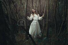 https://us.123rf.com/450wm/captblack76/captblack761610/captblack76161000057/64224553-joven-rom-ntica-en-el-bosque-desolado-oto-o-la-inocencia-y-la-soledad.jpg?ver=6
