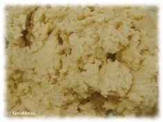 Monikäyttöinen murotaikina sopii niin piirakoiden tai leivosten pohjaksi kuin pikkuleiviksi. Tässä on koottuna tietoa siitä, mitä kaikkea murotaikinasta voi leipoa. Erilaisia murotaikinapohjaisia piirakoita kokoan Makeat piirakat -osioon. Murotaikinasta tehtyjä pikkuleipiä löytyy puolestaan Pikkuleivät-osiosta. Ainekset: 125 g voita tai margariinia 1 dl sokeria 1 muna 3 ½ dl vehnäjauhoja 1 tl leivinjauhetta 2 tl vaniljasokeria Vatkaa […] Krispie Treats, Rice Krispies, Graham, Baking, Desserts, Recipes, Food, Tailgate Desserts, Deserts