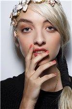 #nails #nailstrends #coralnails #nailart #uñascoral #pintauñascoral #esmalteuñascoral #makeup #tendenciasuñas #uñas #manicura #manicure #lookuñas #uñasprimavera #springnailtrends #elrincondemoda #erdm