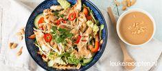 Lauwwarme maaltijdsalade van Chinese kool met gegrilde kip en een heerlijke Oosterse pindadressing