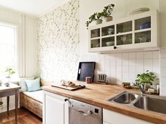 Gravity Interior : Kitchen with floral wallpaper