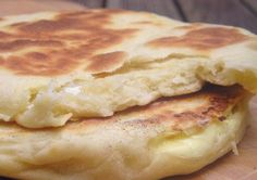 Cheese naan - 4 large cheese naans : 3 tablespoons of ghee (clarified butter) 130 ml of warm milk 1 tbsp sunflower oil 1 natural yoghurt 1 teaspoon salt 320 gr of flour 1 small spoon yeast coffee 8 servings cow-who-laughs (*) (it's in French, I think. Good Food, Yummy Food, Tasty, Indian Food Recipes, Vegetarian Recipes, Tunisian Food, Tunisian Recipe, Bread Recipes, Cooking Recipes