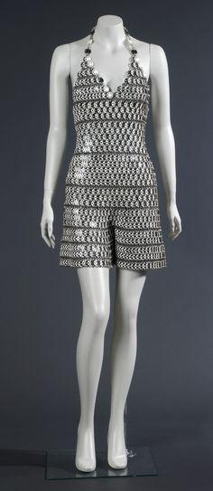 Mono pantalons curts, de Paco Rabanne. París, 1966. Plàstic i anelles metàl·liques d'acer i d'alumini. Donació Paco Rabanne, 1979