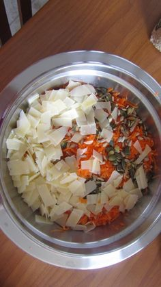 Ecco come si mangiano le carote crude da noi, semi di zucca, noci spezzettate, scaglie di parmigiano, olio, sale, aceto balsamico ed un pò di glassa di balsamico, provate....Buonissime!!! Sognando........la Svezia