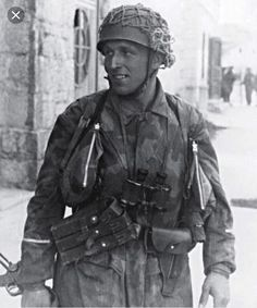 The hunters: SS-Fallschirmjäger-Bataillon 500 paratrooper photographed in the Bosnian town of Drvar in Croatia, May 1944 during Operation Rösselsprung, the airborne assault on the Tito's communist partisan headquarters. The operation was bound to be. Luftwaffe, Paratrooper, German Soldiers Ww2, German Army, Ww2 History, Military History, Narvik, German Uniforms, Ww2 Photos