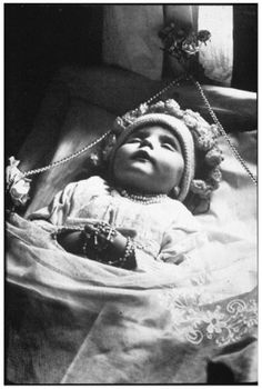 Baby passed (Wallis, Schweiz), ca. Memento Mori, Louis Daguerre, Victorian Photos, Victorian Era, Vintage Photographs, Vintage Photos, Dark Side, Death Pics, Post Mortem Photography